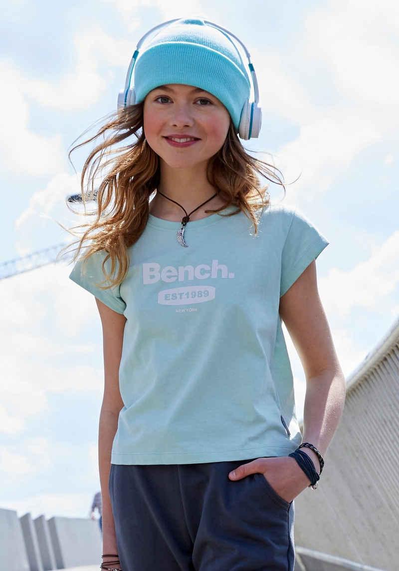 Bench. T-Shirt in modisch kurzer Form