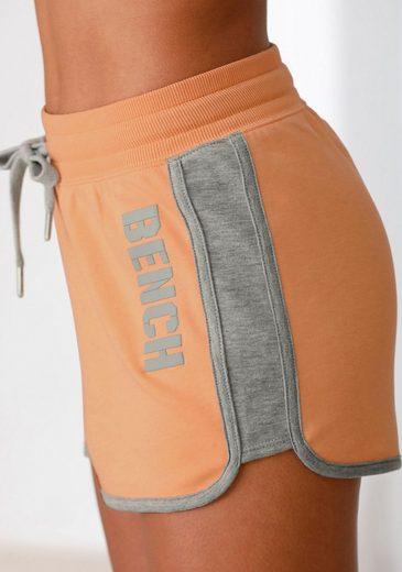 Bench. Sweatshorts »Contrast« mit kontrastfarbenen Einsätzen und Logodruck