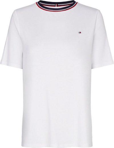 TOMMY HILFIGER Rundhalsshirt »BREE RELAXED ROUND-NK TOP SS« mit Tommy Hilfiger Logo-Flag & den typischen Tommy Streifen am Halsauschnitt