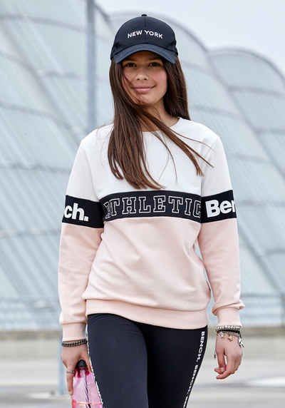 Bench. Sweatshirt in weiter Form mit Logoeinsatz