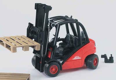 Bruder® Spielzeug-Gabelstapler »Linde H30D mit Anhängerkupplung und 2 Paletten«, Made in Germany