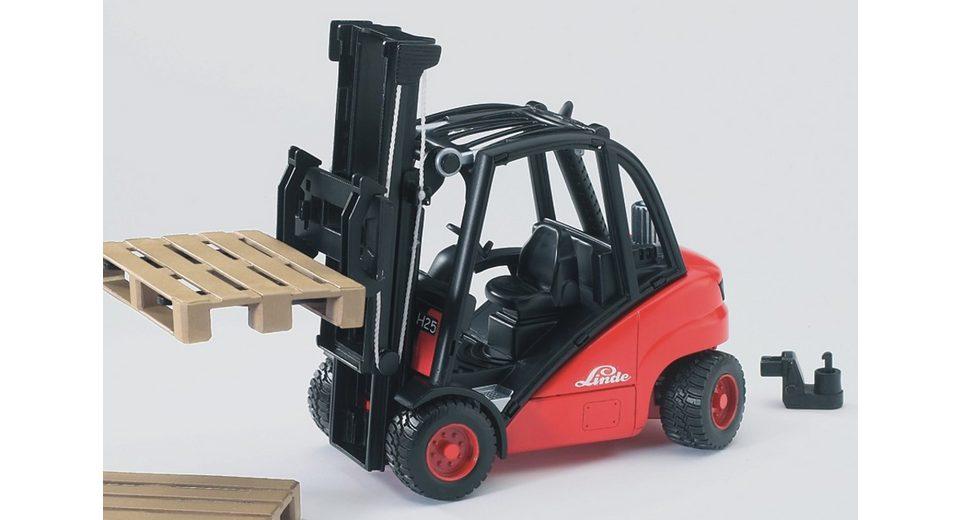 bruder® Gabelstapler, »Linde H30D mit Anhängerkupplung und 2 Paletten«