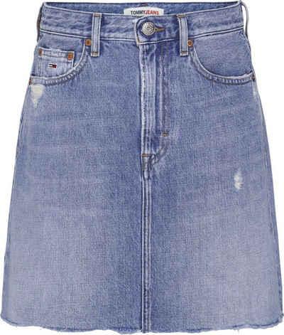 Tommy Jeans Jeansrock »Mom Denim Skirt AE718 Hlbrd« mit leicht ausgefranstem Saum & Tommy Jeans Logo-Badge