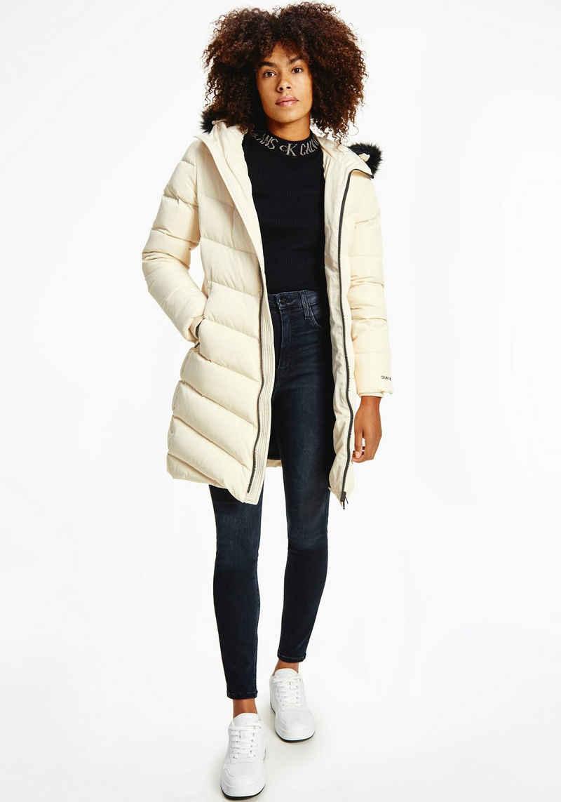 Calvin Klein Jeans Daunenmantel »LONG FITTED DOWN PUFFER« mit Fellimitat an der Kapuze & Calvin Klein Jeans Logo-Schriftzug
