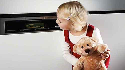 RCP 573284001 Miele G 4940 SCi Havannabraun Nahaufnahme Kindersicherung Kind Mit Baeren