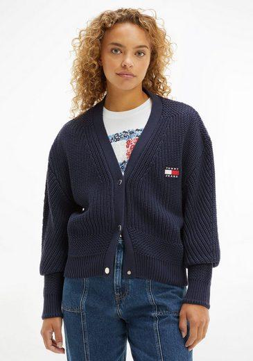 Tommy Jeans Strickjacke »TJW BXY BADGE CARDIGAN« in modischem Großstrick mit Tommy Jeans Logo-Badge