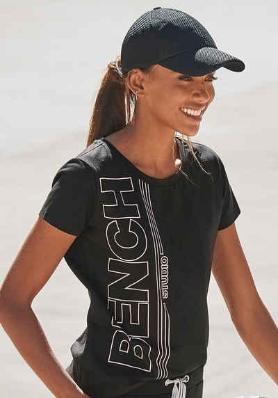 Bench. T-Shirt mit senkrechtem Logodruck