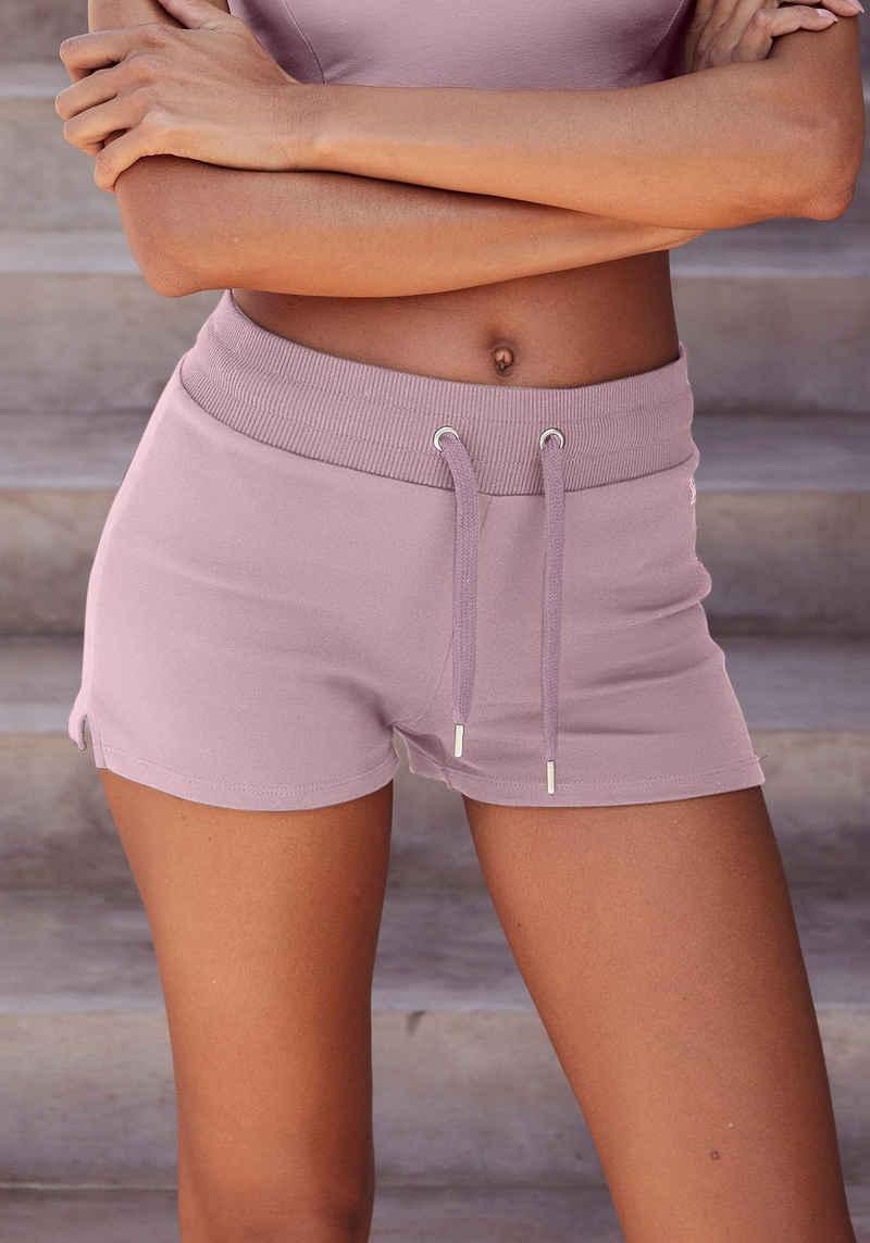 LASCANA ACTIVE Shorts mit kleinen Seitenschlitzen