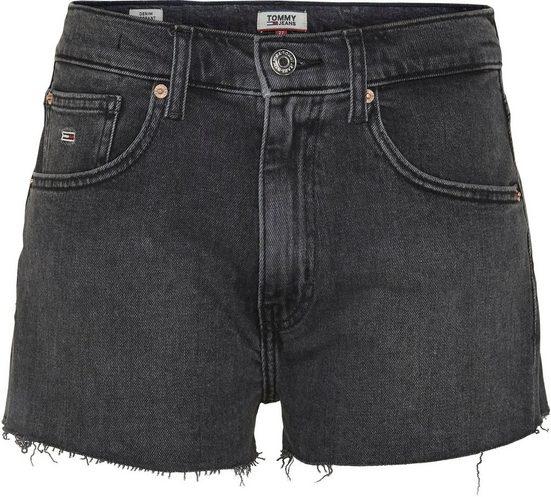 TOMMY JEANS Shorts »DENIM HOTPANTS MRWH« mit leicht ausgefranstem Saum & Tommy Jeans Logo-Badge