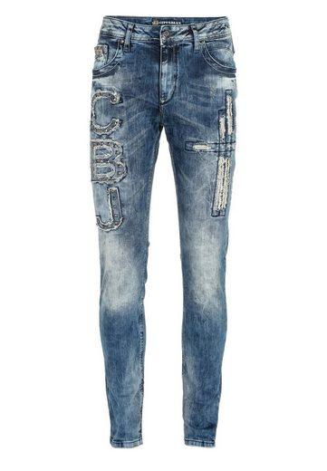 Cipo & Baxx Bequeme Jeans »Cbj« mit Nieten und Aufnäher