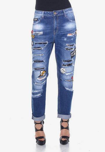 Cipo & Baxx Bequeme Jeans »Ripped« mit modischen Aufnähern