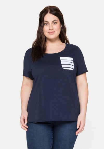 Sheego T-Shirt aus Jersey mit gestreifter Brusttasche